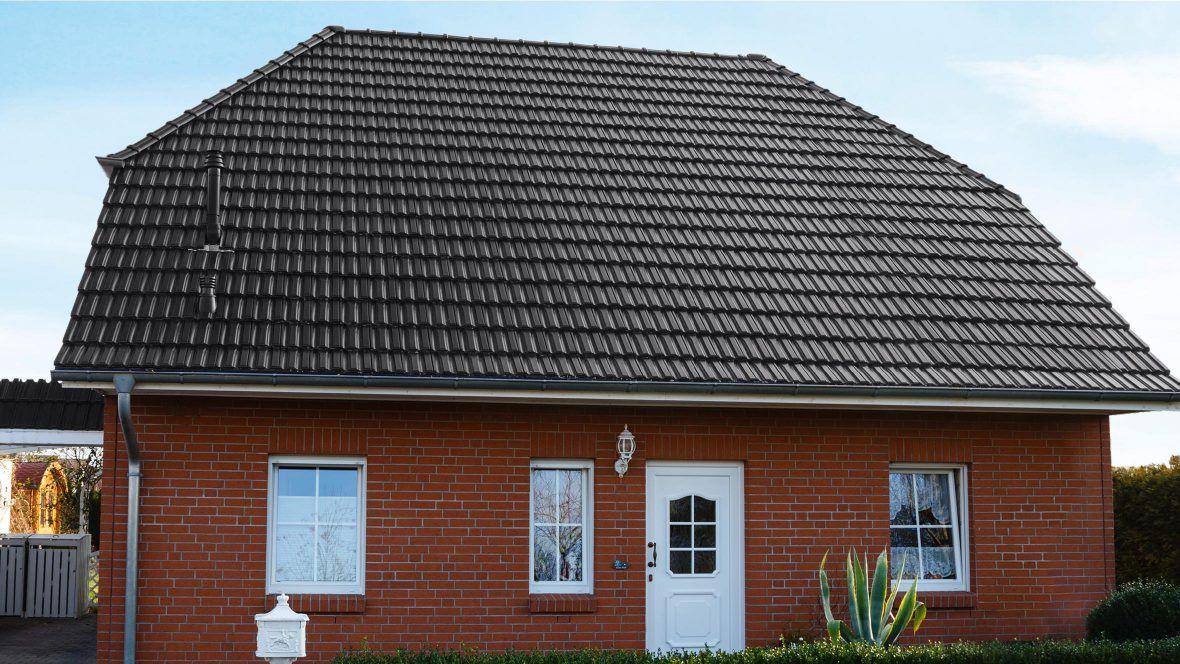 Einfamilienhaus mit Doppelmuldenfalzziegel D10 in edelschwarz