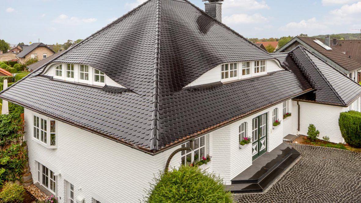 Großes Einfamilienhaus mit vulkanschwarzen Biberschwanzziegeln