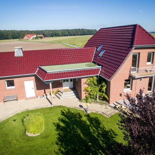 Einfamilienhaus in der Natur mit Flachdachziegel J11v