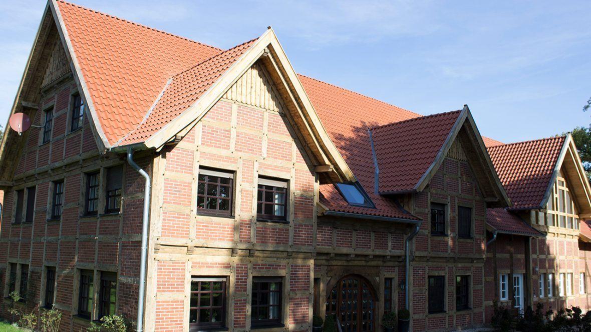 Großes Bauernhaus saniert mit Hohlfalzziegel Z5 in naturrot dunkel