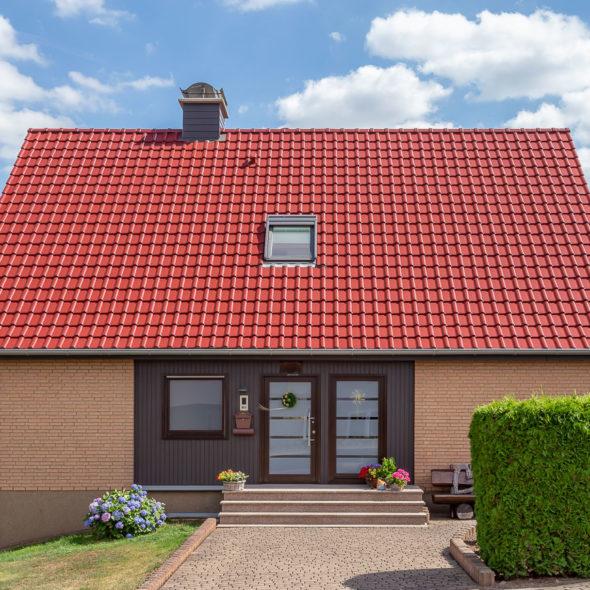 Modernes Einfamilienhaus mit Flachdachziegel J11v in edelrot