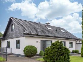 Flachdachziegel J11v in lavagrau matt auf Einfamilienhaus