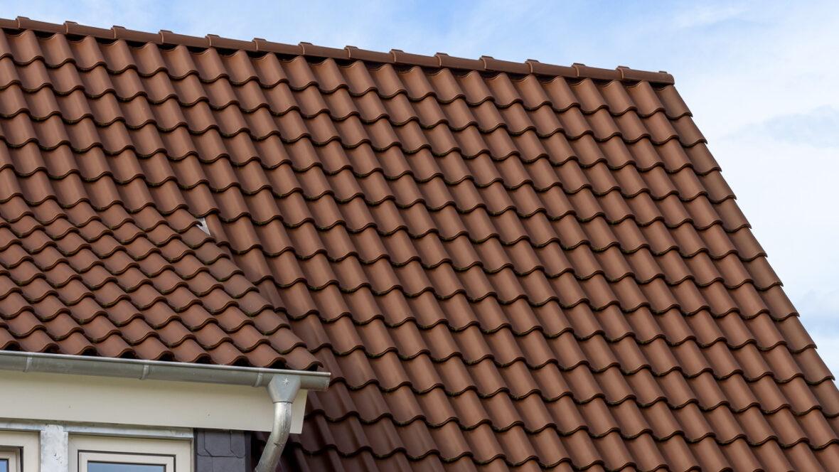 House with interlocking tile in Z5 in dark brown