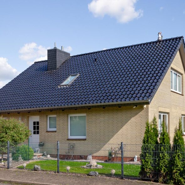 House with interlocking tile Z5 in vocanic black
